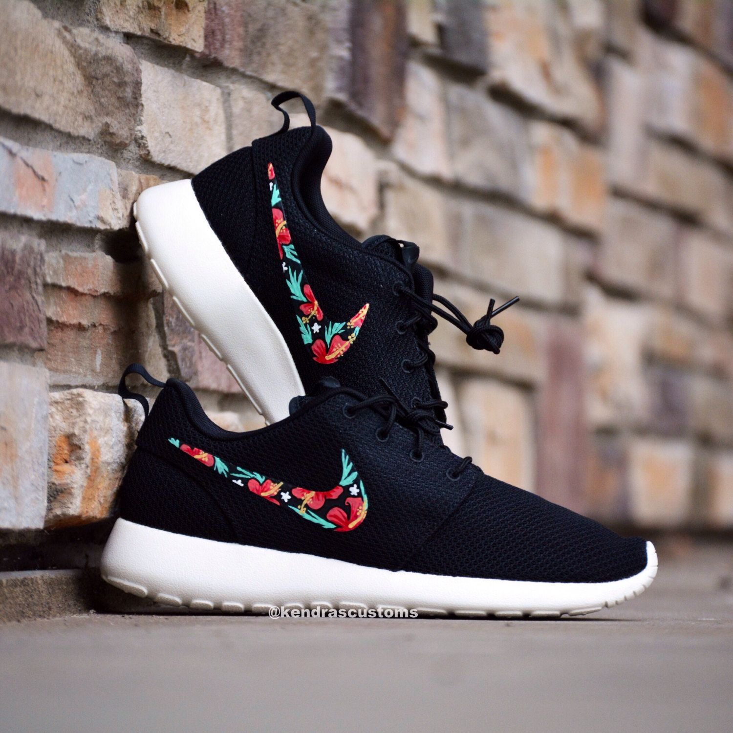 prisa camioneta mentiroso  BLACK ROSHE RUN'S WITH A FLORAL NIKE TICK | Cool nike shoes, Nike shoes  roshe, Nike shoes cheap