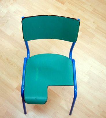 Silla de pupitre con asiento recortado para permitir una for Sillas para una buena postura