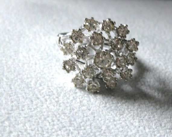 Large 6/8 diam Cluster Ring Open Spray Flower por VINTAGEARTJEWELRY, $32.00
