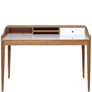 Viel Platz für Kreativität bietet Lennox als moderne Interpretation eines Sekretärs. Das stylische Designobjekt kombiniert naturfarbenes Eschenholz mit aufgeräumten Weiß und konzentriert sich auf das Wesentliche: einen rundum stimmigen Look und klare Funktionalität für alle Ihre Schreibtischarbeiten.