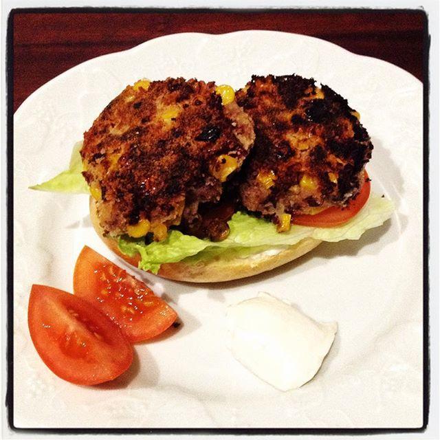 Vegane Burger aus Kidneybohnen, Semmelbröseln, Zwiebel, Knoblauch, Mais, Limettensaft und Chillie.   #vegan #veganburger #foodporn #potd #mykitchen