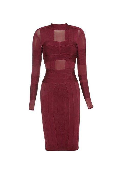 Sexy dans cette robe rouge bordeaux...