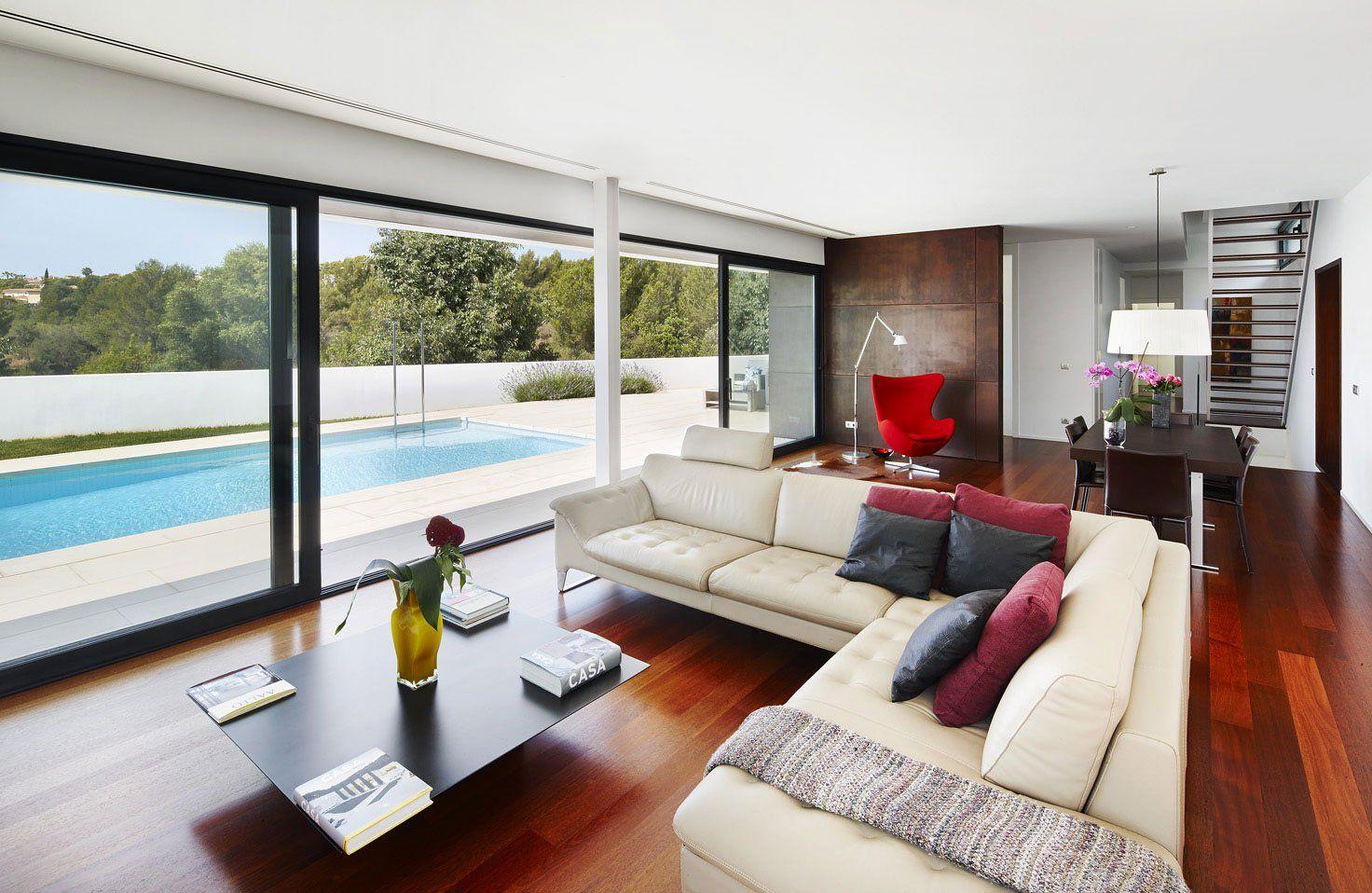 diseño de casa de dos pisos con piscina, tiene una hermosa