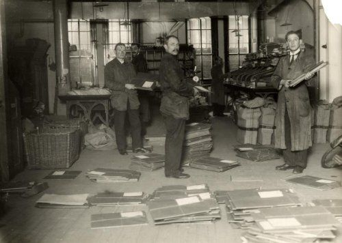 Main post office of Amsterdam, mail room, 1921 - Hoofdpostkantoor van Amsterdam, de mailkamer, ca 1921