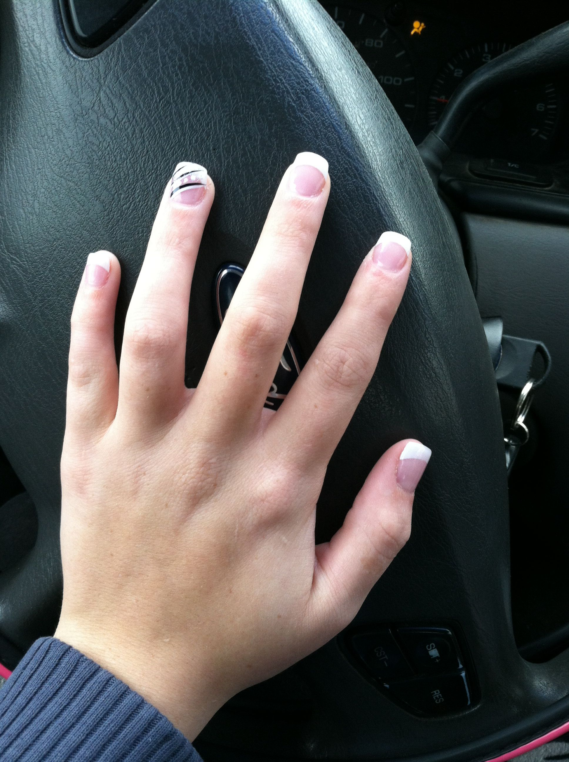 Nails with an accent ; French tip ; accent ; manicure