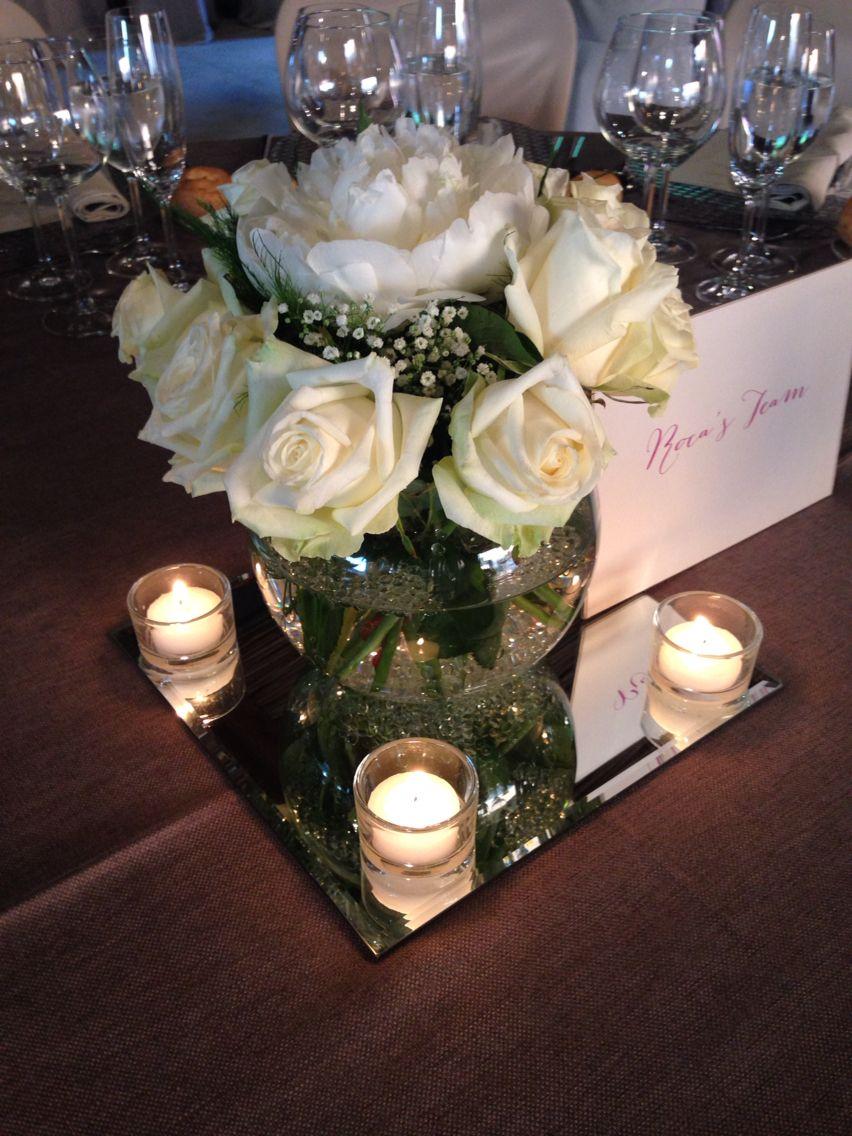 Centro de mesa invitados Pecera con rosas blancas sobre