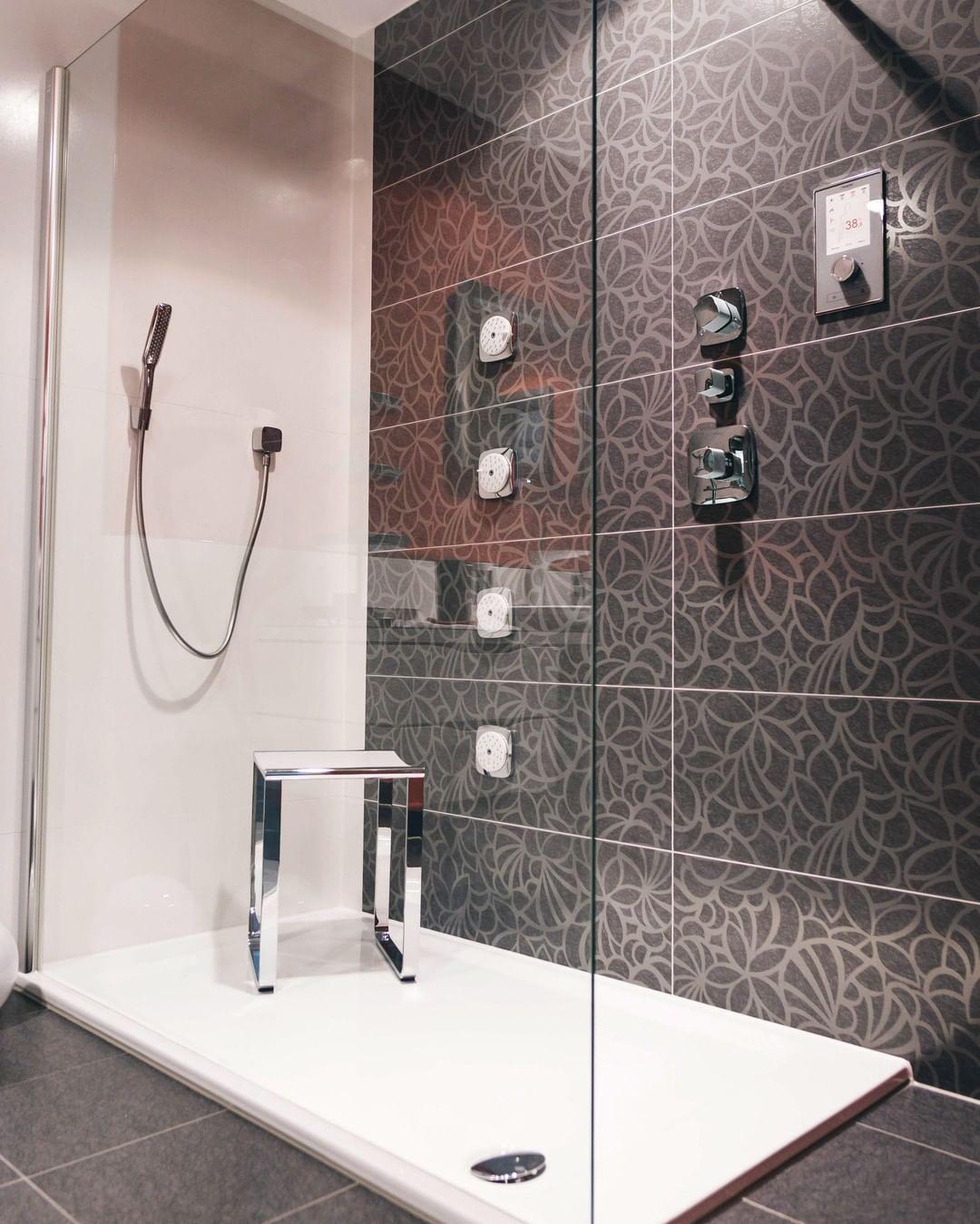 Begehbare Duschen Sind Einfach Was Feines Findet Ihr Nicht Auch Diese Ausstellungsdusche Hat Ausserdem Massagedusen Inkludiert Damit Jeder Duschgang Zum Erleb