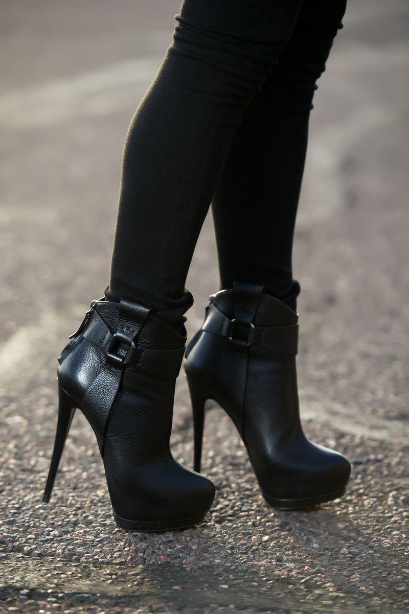 82217915040 Giuseppe Zanotti Harness Strap Platform Ankle Boot