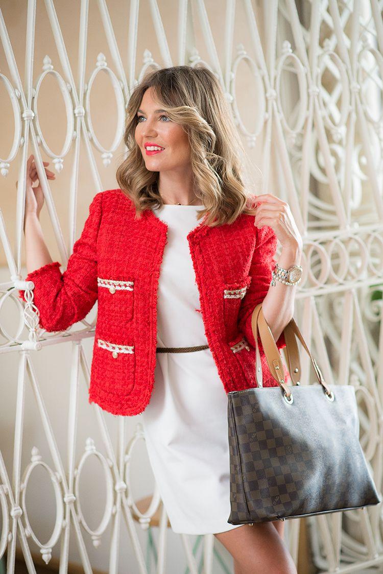 Vestido blanco y chaqueta roja