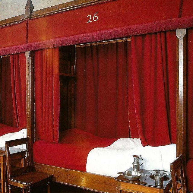 Hospício de Beaune, na Borgonha; atualmente é um museu. #postais #art #arte #architecture #decoracion #criative #decor #architect #artlover #design #architecturelover #hospicio #instagood #instacool #instabestu #instadaily #instadesign #santacasa #dieu #hoteldieu #hospice #museum #museo #museu #quarto #cama #arquiteturadavidguerra #france #beaune #borgonha