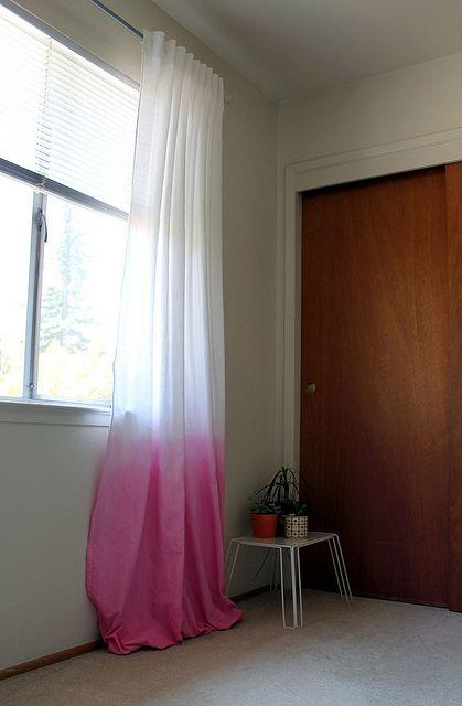 diy dip dye curtains for your student home dip verf gordijnen doe het zelf gordijnen