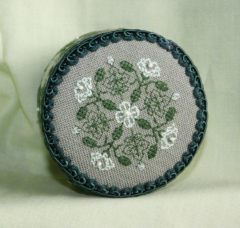 Крышка шкатулки с вышивкой