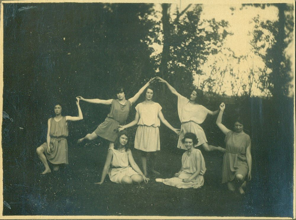 Anonymous, Photo Album with 104 pictures with Cesarina Gualino, Bella Hutter and other dancers, Deaudeville, 1922