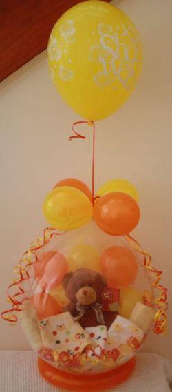 Globo relleno de ositos y accesorios para bebé como centro de mesa