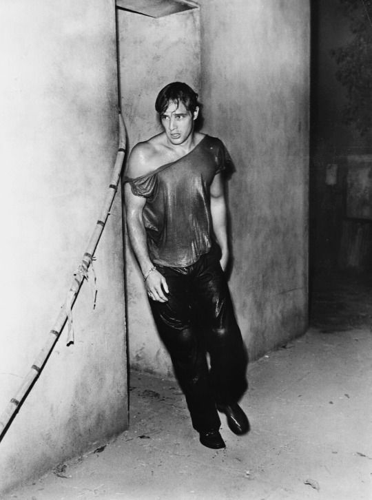 Marlon Brando on the set of A Streetcar Named Desire, 1951. Via…