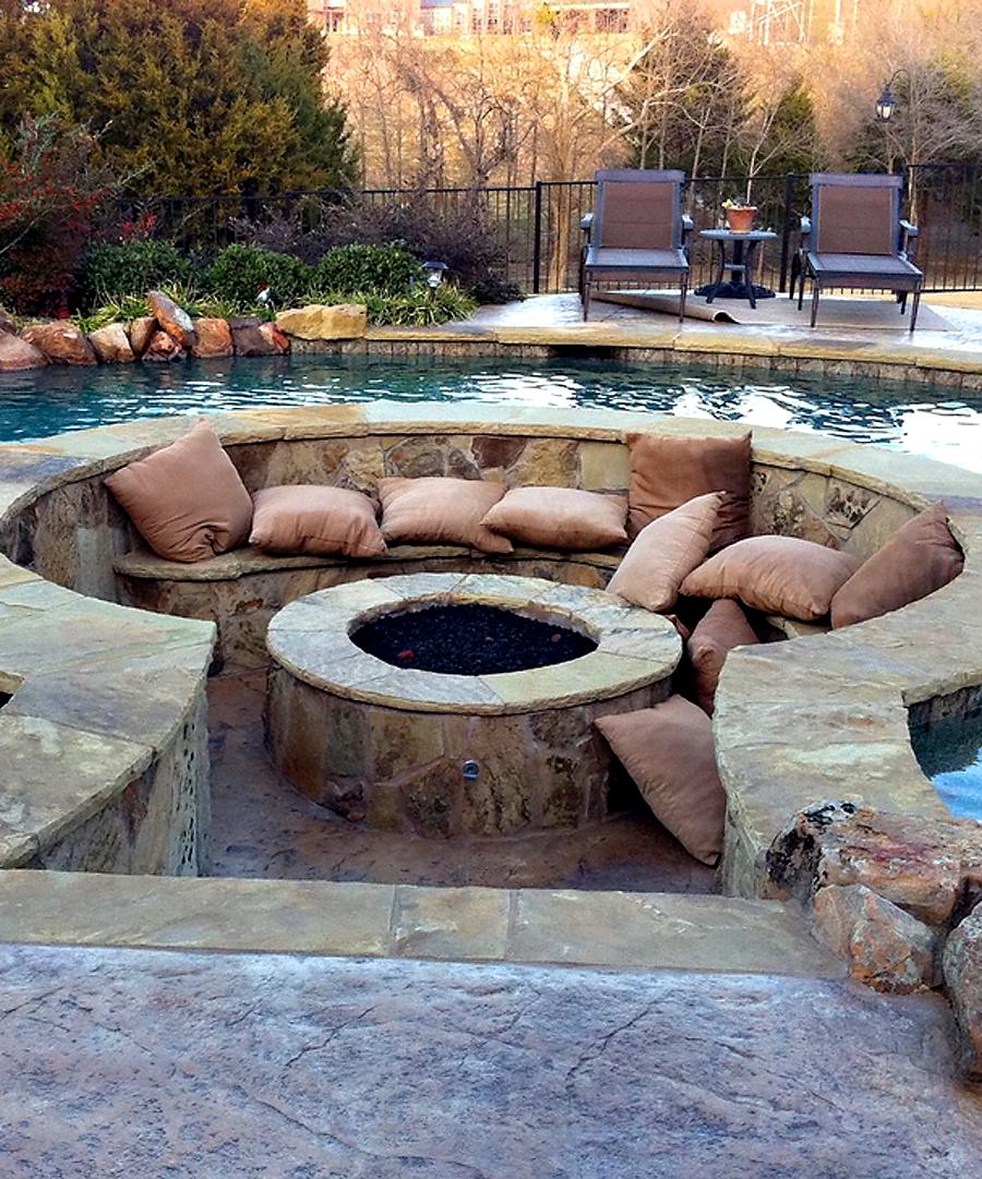 gemütlicher sitzplatz um eine gesenkte, runde feuerstelle, Gartengerate ideen