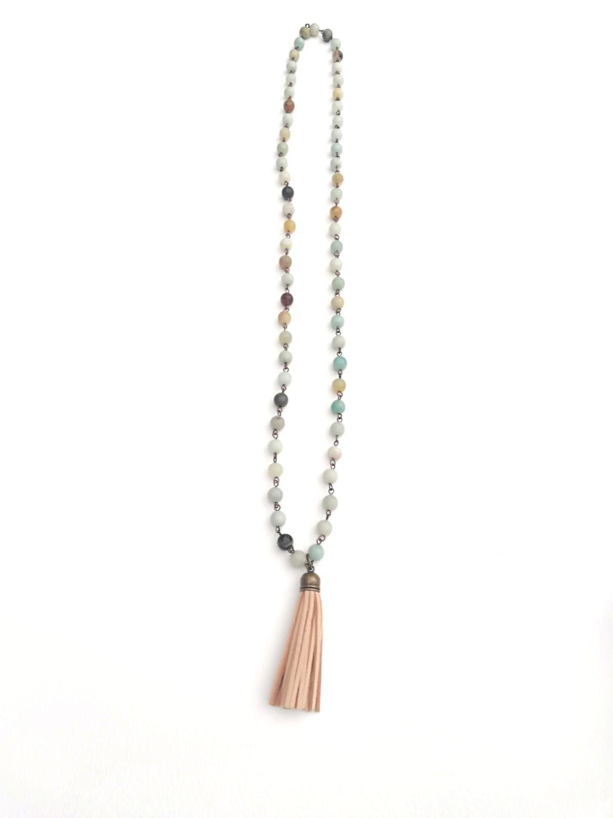ed0e871552e2 Collar largo piedra natural amazonita con pompón flecos piel beige tendencia  complementos