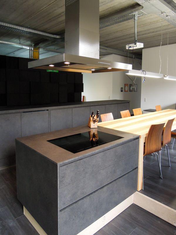 schwarze Küche Lavagrau steinoptik betonoptik grifflos Kochfeld