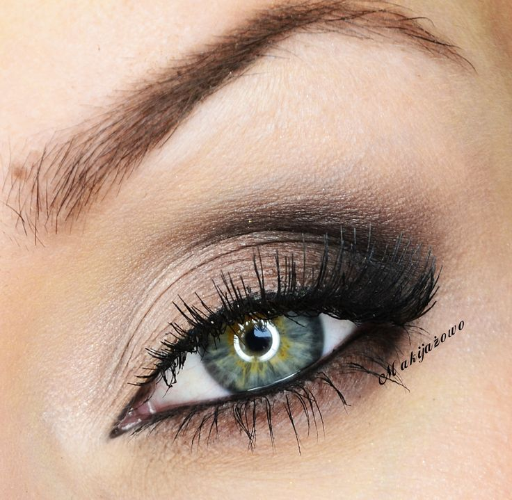 You might not believe this, but you can even do a smoky eye with your fingers.