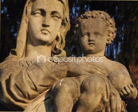 Prata estátua da Virgem Maria com o bebê Jesus Cristo em h — Imagem de Stock #73949967