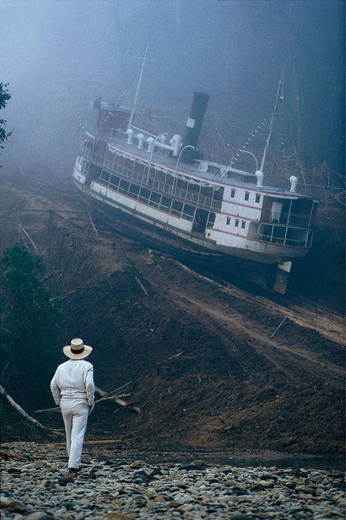 Um den Bau finanzieren zu können, kauft er mit dem Geld seiner Geliebten Molly ein Erschließungsrecht für Kautschuk-Gewinnung in einem auf dem Flussweg unerreichbaren Urwaldabschnitt sowie einen alten Flussdampfer, mit dem er den Kautschuk transportieren will. Da der Fluss zwischen den gewinnversprechenden Kautschuk-Feldern und dem Amazonas durch Stromschnellen unpassierbar ist, kommt Fitzgerald auf die Idee,