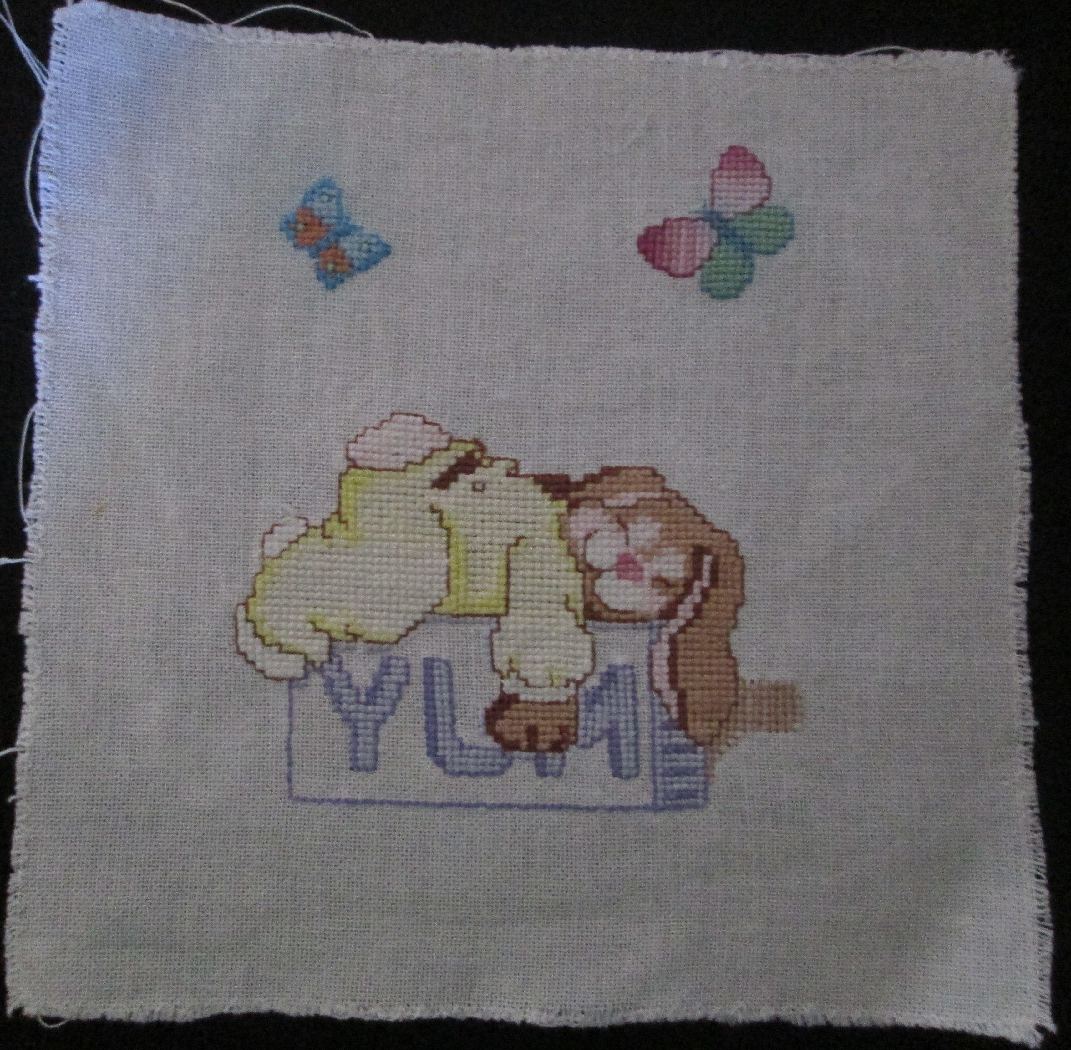 Quadrinho bordado em ponto cruz para quarto de bebê.