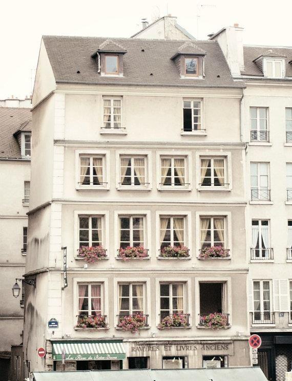 Una fachada blanca y grande ventanas