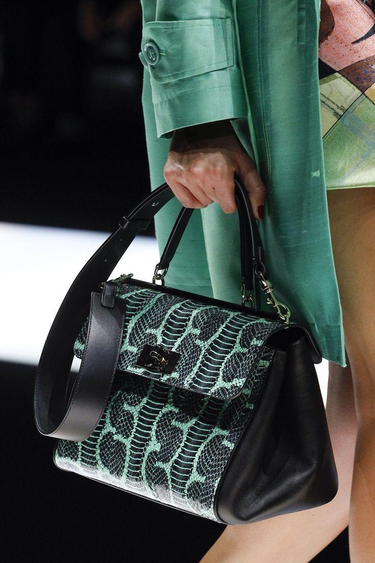 Giorgio Armani Spring 2018 Ready-to-Wear Fashion Show   PURSES TOTES BAGS    Pinterest   Sac, Sac tendance et Mode noir b2369cd1ccf