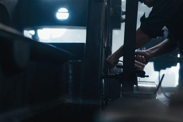 THE CRAFTSMEN by DEAN BRADSHAW. Dean Bradshaw a visité les usines de Los Angeles pour en photographier les artisans ouvriers, oeuvrant à la fabrication d'objets en tout genre. Du charpentier au forgeron, le photographe nous offre de très beaux clichés qui à travers les étincelles, dans une pénombre bleutée, nous font découvrir la beauté et le savoir-faire complexe du travail fait main.