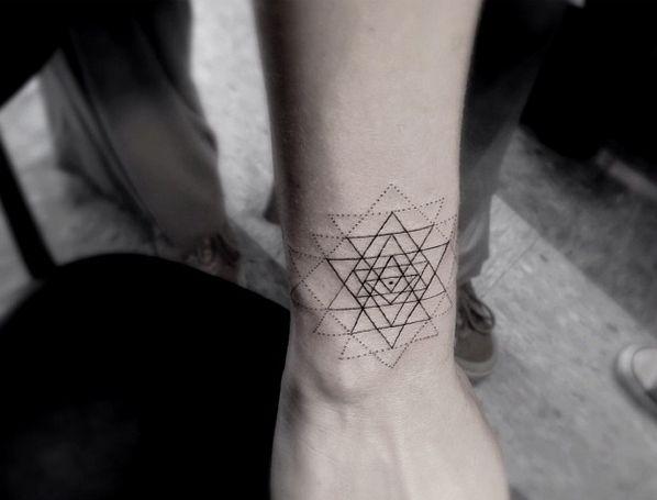 Ideias de Tatuagem Masculina Pequena | Geométrica em Fineline