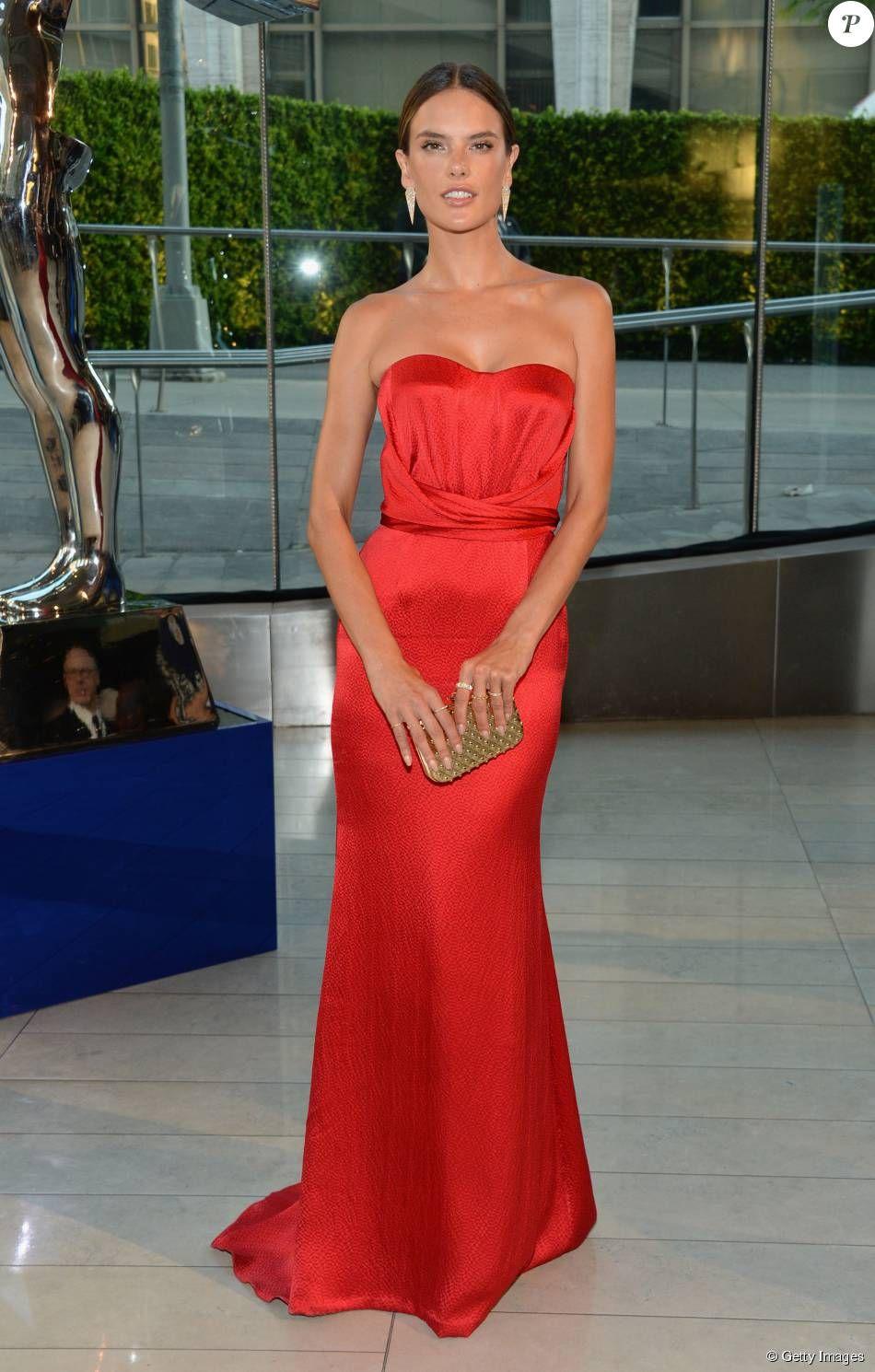 8e6a1486be Alessandra Ambrósio investiu em um vestido tomara que caia vermelho da  grife Mischa Nonoo para o CFDA Awards
