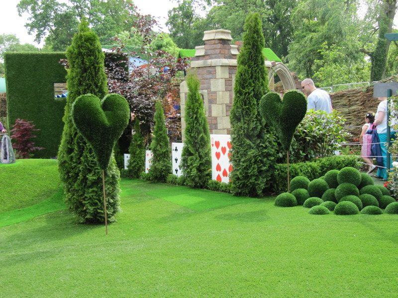 Alice In Wonderland Garden Decor | The Alice In Wonderland Garden Had Long  Lines For Viewing