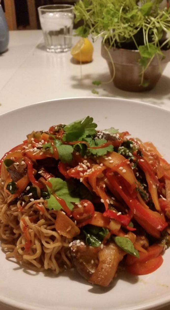 klassisk wok med nudler, diverse grøntsager, svampemix og soya/hvidløgsmarineret tofu.