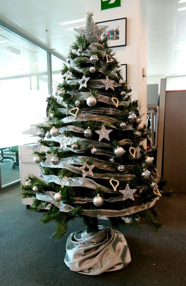 Rbol de navidad plateado en una oficina en diagonal mar for Adornos de navidad para oficina