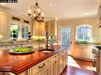 This is such a pretty kitchen!