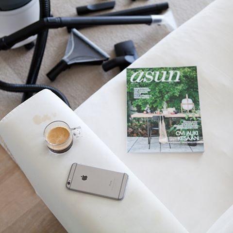 Ups, sohvalla tulee tehtyä muutakin kuin vain luettua lehtiä. Esimerkiksi juotua kahvia. Blogissa juttua tekstiilien hoidosta Kärcher-tekstiilipesurilla. #yhteistyössä #Kärcher #tekstiilipesuri #siivous #sohvanpuhdistus #puhdaskoti