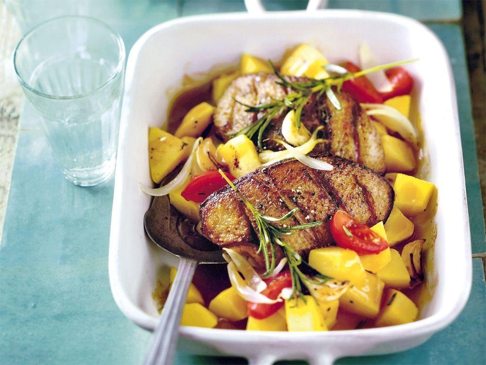 Probieren Sie unser leckeres Rezept für geschmorte Entenbrust mit Quitten. Ein fein fruchtiger Genuss, der von allein fertig wird, wenn die Gäste kommen.