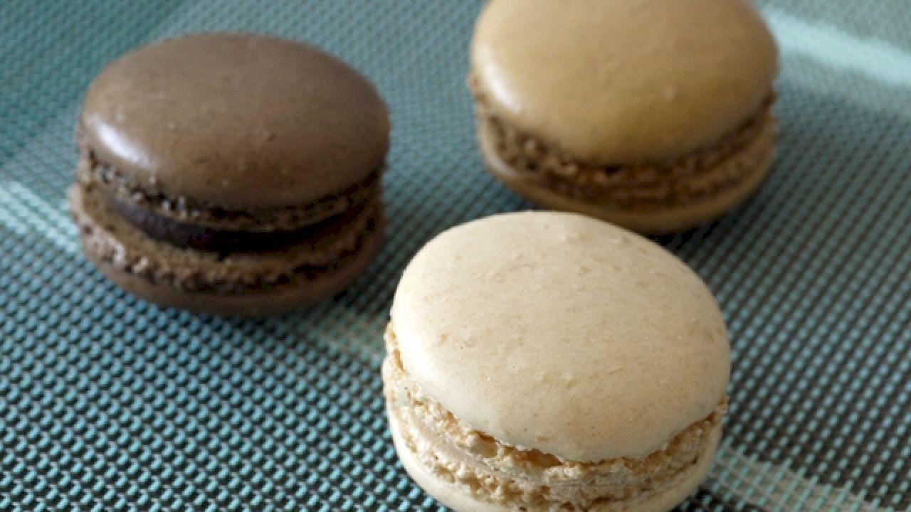 طريقة تحضير حلى بسيط وسهل French Macarons Recipe Macaron Recipe Food Processor Recipes