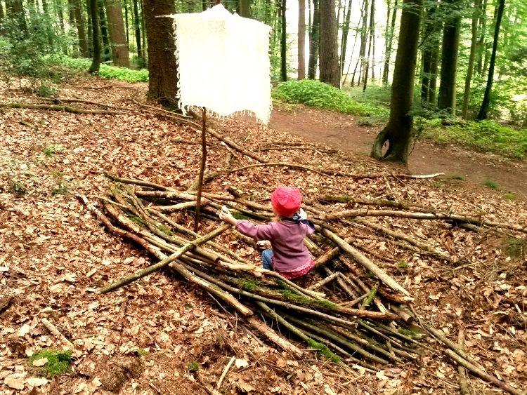 Ab In Den Wald Funf Ideen Zum Bauen Basteln Und Spielen Mit Kindern Im Herbst Ab In Den Wald Spiele Im Wald Waldspiele