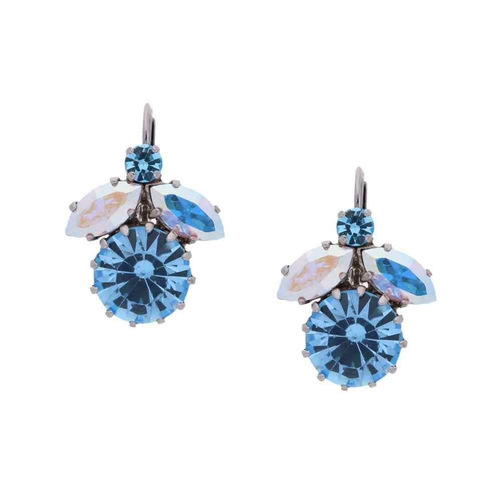 Strahlend hellblau wie das Wasser in der Karibik - die Ohrringe Carola setzen funkelnde Akzente zu luftigen Outfits.…