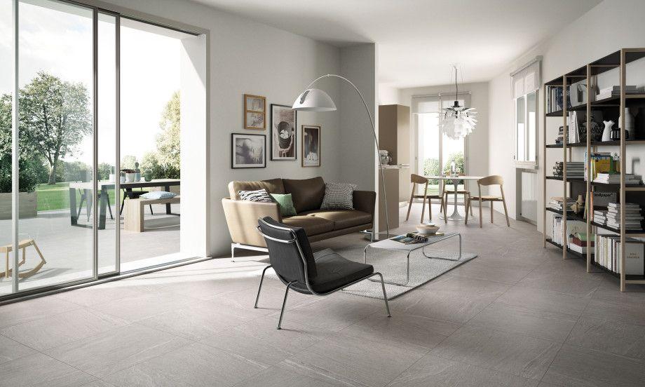 Prachtig modern, licht interieur met een vloer van keramische tegels ...