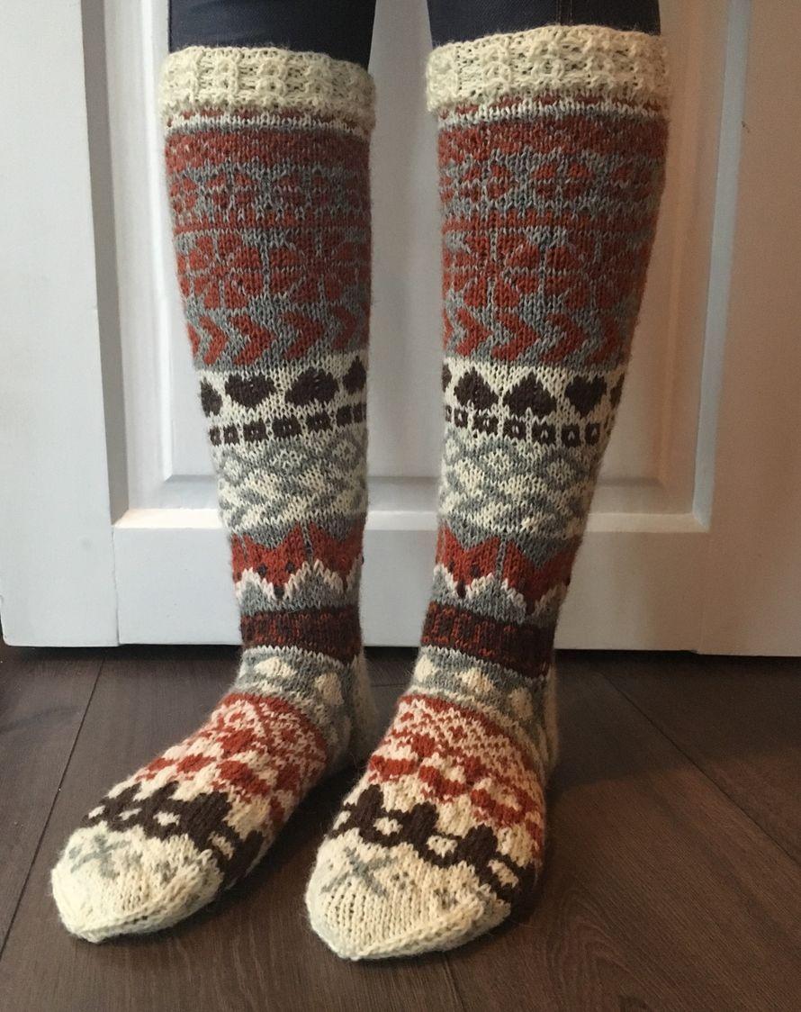 Kilpailusta sain kipinän tähän sukkaan . Langat on odottanut kutojaa. Olen tehnyt muutamia sukkia tuolla värijoustimella. Vahvistetulla neuleella jalkaterään tuulee lujutta ja lämmikettä. Kaikenlaiset käsityöt ovat osa elämääni. Äitini oli käsityöihminen ja samoin isäni. Isän opettamana osasin kutoa ja virkata ennen koulua. Rentoudun käsitöiden parissa . Aina täytyy löytää uutta mallia ja ohjetta.