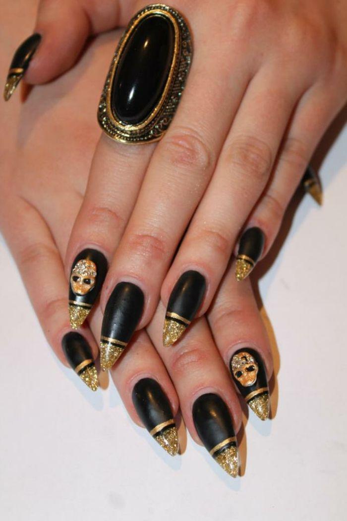Nageldesign in schwarz mit goldenen akzenten und dekorativen sch deln n gel desain pinterest - Nageldesign fotos beispiele ...