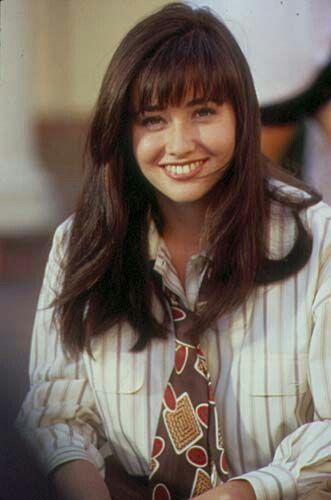 Shannen Doherty as Brenda Walsh on Beverly Hills 90210. I love this hairstyle. Love her bangs. | 女性, ビバリーヒルズ, 女の子