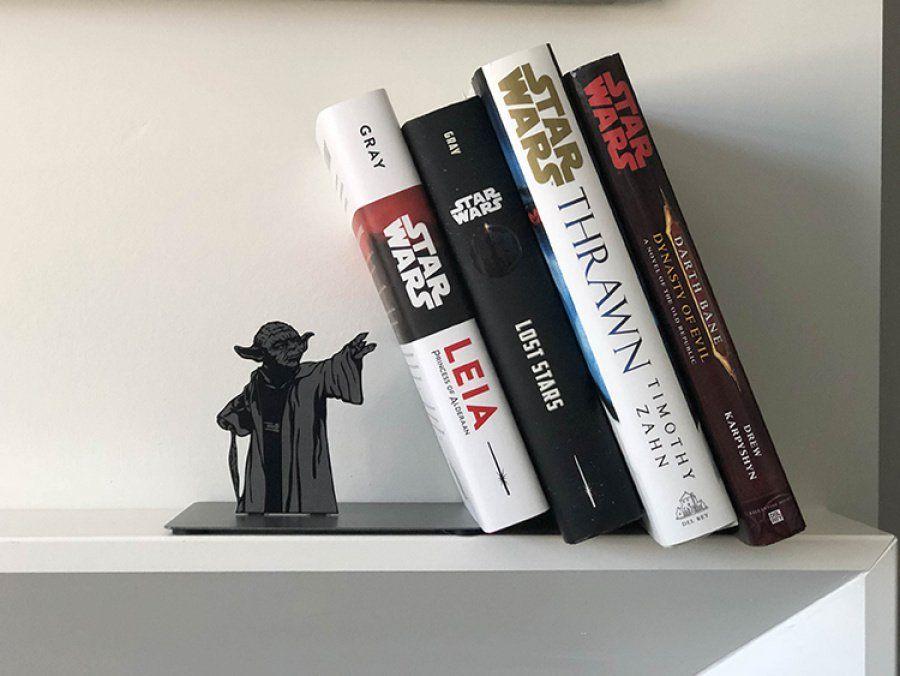 El maestro Yoda hace un buen uso de la fuerza para sostener nuestros libros favoritos