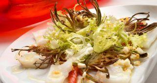 Receta de Ensalada de bacalao y morrones con chips de alcachofa