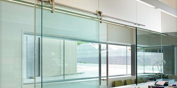 CORREDERA DE INTERIORES |   Puertas correderas y fijos con guía en suelo sin tropezón y con al techo, con mecanismo visto y oculto y adaptables a todo tipo de espacios.