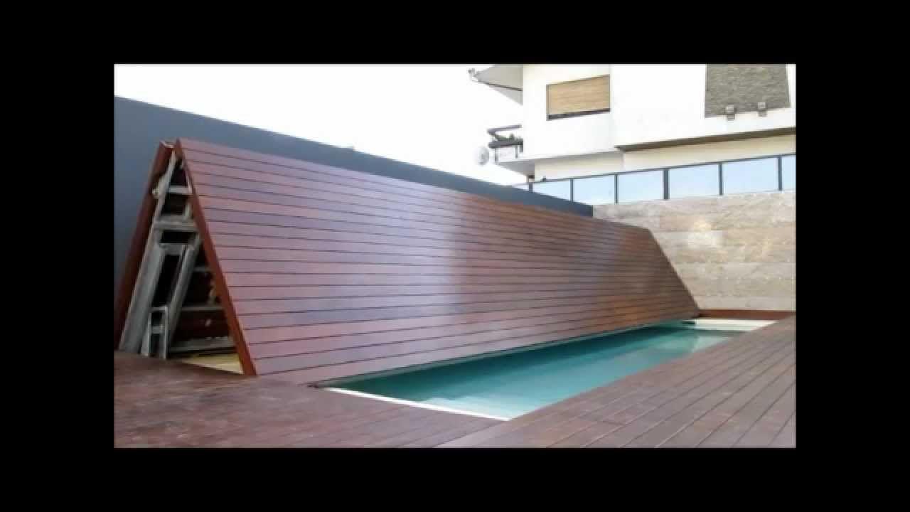 Piscina oculta. La cubierta se pliega, y se queda recogida en un lateral de la piscina.