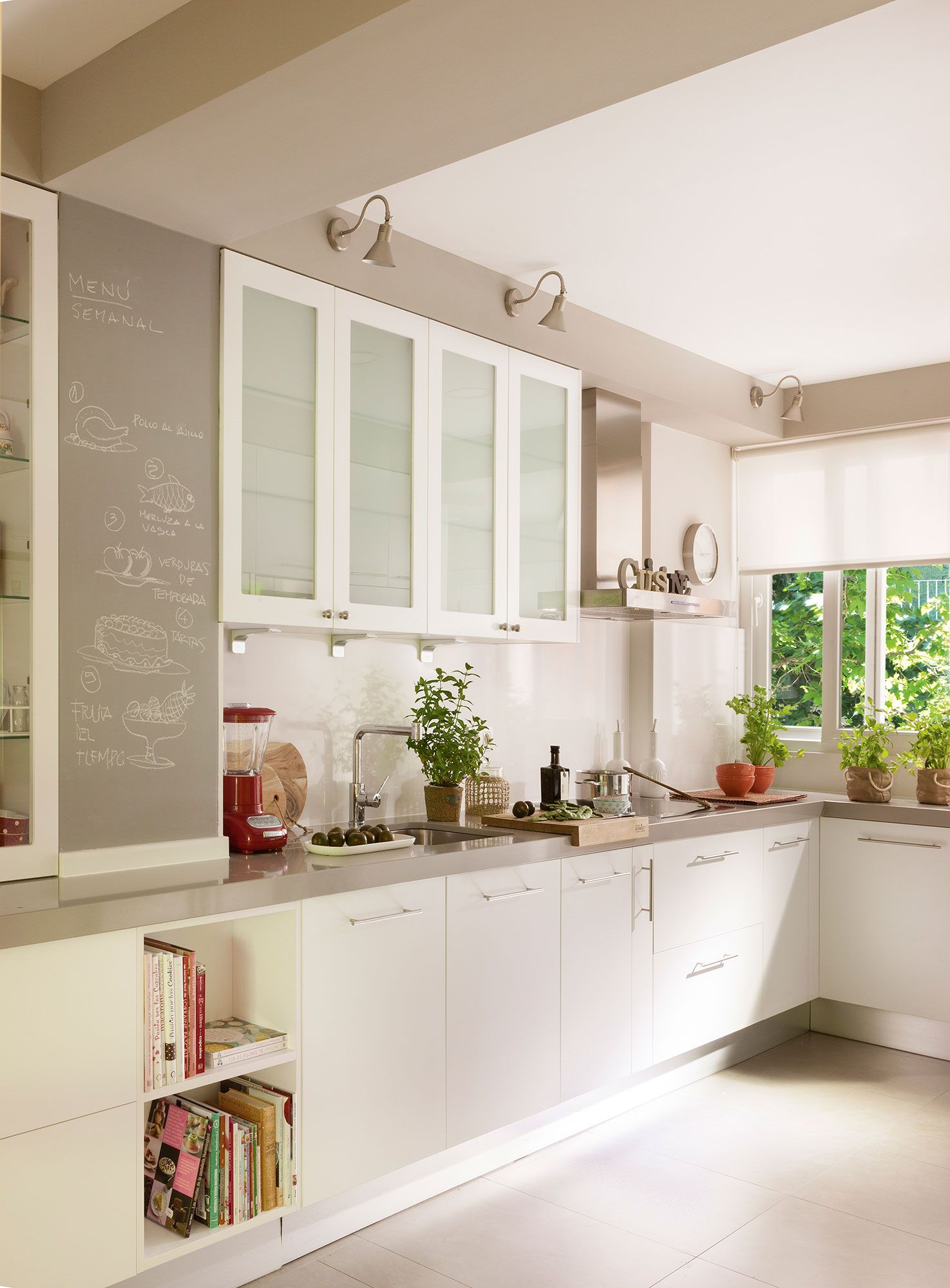 Cocina en blanco con vitrinas acristaladas y paredes en for Paredes grises y puertas blancas