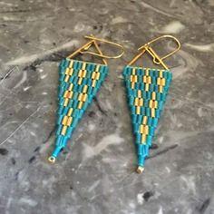 Boucles d'oreilles perles rocailles tissées sur triangle doré turquoises - collection automne/hiver 2016
